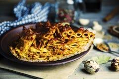 Gebakken vleespastei met macaroni en kaas het vullen royalty-vrije stock foto