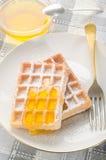 Gebakken wafeltje met suikerglazuursuiker en zoete honing royalty-vrije stock foto