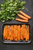 Gebakken wortelen met groene kruiden Stock Afbeelding