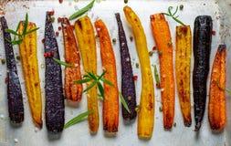 Gebakken wortelen op een bakselblad Stock Foto