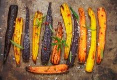 Gebakken wortelen op een bakselblad Stock Afbeeldingen