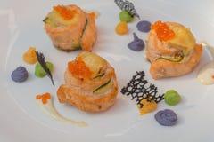 gebakken zalm en kaviaar, zalmvissen stock afbeelding