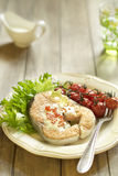 Gebakken zalm met rode kaviaarsaus, kersentomaten en verse salade Stock Foto's