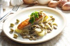gebakken zalm op champignons, ui en olijven royalty-vrije stock fotografie