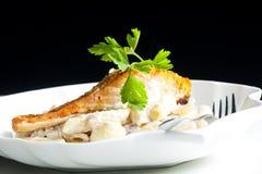 gebakken zalm op peper met romige deegwaren royalty-vrije stock foto's