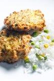 gebakken zalmburgers met groentenrijst royalty-vrije stock fotografie
