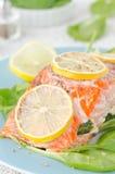 Gebakken zalmfilet met citroen en spinazie op een plaat Stock Foto's