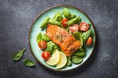 Gebakken zalmvisfilet met verse salade hoogste mening royalty-vrije stock foto