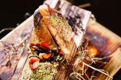 Gebakken zeebaars en aardappels in een bakselschotel met kruiden op een houten achtergrond gekarameliseerde plak Selectieve nadru royalty-vrije stock afbeelding