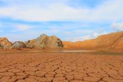 Gebarsten aarde Meer in de woestijn Royalty-vrije Stock Afbeeldingen