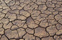Gebarsten aarde in woestijn volledig kader stock foto