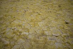Gebarsten aardelandschap met zwavel zoals een woestijn royalty-vrije stock foto's