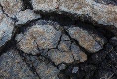 Gebarsten asfalt clouse-omhoog voor achtergrond Modderige oppervlakte royalty-vrije stock fotografie