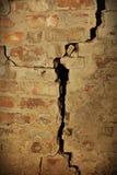 Gebarsten bakstenen muur Royalty-vrije Stock Foto's