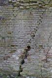 Gebarsten Bakstenen muur Royalty-vrije Stock Afbeeldingen