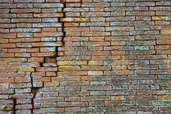Gebarsten Bakstenen muur Diepe barst in een bakstenen muur royalty-vrije stock fotografie