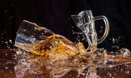 Gebarsten bierglas stock afbeeldingen
