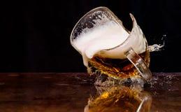 Gebarsten bierglas stock foto