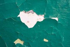 Gebarsten concrete die muur met groene verf wordt geschilderd abstracte achtergrond stock foto