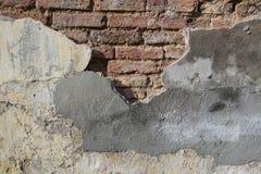 Gebarsten concrete en Oude bakstenen muur & x28; background& x29; Royalty-vrije Stock Fotografie