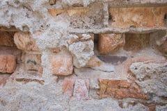 Gebarsten concrete en Oude bakstenen muur & x28; background& x29; Stock Afbeeldingen