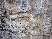 Gebarsten concrete muurtextuur met rotsen, close-upachtergrond royalty-vrije stock afbeeldingen