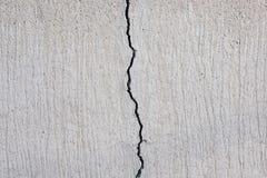 Gebarsten concrete textuur, barst in steenmuur - stock afbeeldingen