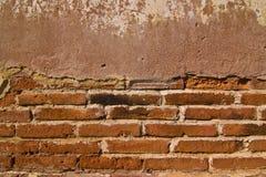 Gebarsten concrete uitstekende bakstenen muurachtergrond Stock Afbeelding
