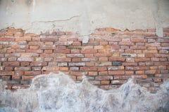 Gebarsten concrete uitstekende bakstenen muurachtergrond Stock Fotografie
