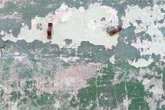 Gebarsten concrete uitstekende muur Stock Afbeeldingen