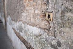 Gebarsten Concrete Uitstekende Muur met Elektrische Soket als Voorgrond royalty-vrije stock afbeelding