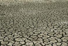 Gebarsten die landoorzaak van de zonhitte tot de grond aan pieaces wordt gebroken Stock Foto's