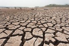 Gebarsten droog land zonder water stock afbeelding