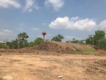 Gebarsten droog vuil in bouwwerf stock fotografie