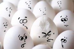Gebarsten ei onder alle eieren stock afbeeldingen