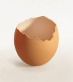 Gebarsten eierschaal stock foto's