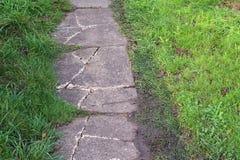 Gebarsten of gebroken tuinweg Royalty-vrije Stock Foto
