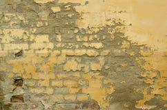 Gebarsten gele verf oude muur royalty-vrije stock fotografie