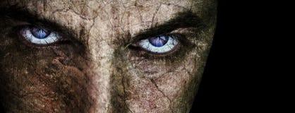 Gebarsten gezicht met sinistere kwade enge ogen Stock Foto's