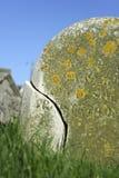 Gebarsten grafsteen Stock Afbeeldingen