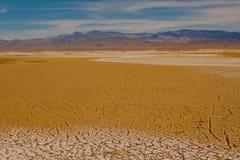 Gebarsten grond bij de zoute vlakten van het Nationale Park van de Doodsvallei, Californië Royalty-vrije Stock Foto's
