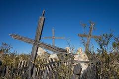 Gebarsten houten kruisen in verlaten begraafplaats royalty-vrije stock afbeeldingen
