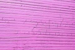 Gebarsten houten plank, roze kleur stock foto