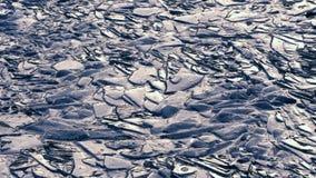 Gebarsten ijs op de rivier stock video