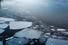 Gebarsten ijs op water Royalty-vrije Stock Afbeeldingen