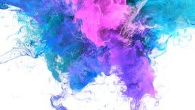 Gebarsten kleur - kleurrijke blauwe roze vloeibare de deeltjes alpha- steen van de rookexplosie stock video
