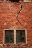Gebarsten muur bij de oude bouw Stock Afbeelding