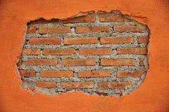 Gebarsten muur met binnen bakstenen muur royalty-vrije stock foto