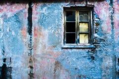 Gebarsten muur met gebroken venster Royalty-vrije Stock Fotografie
