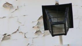 Gebarsten muur met lamp stock videobeelden